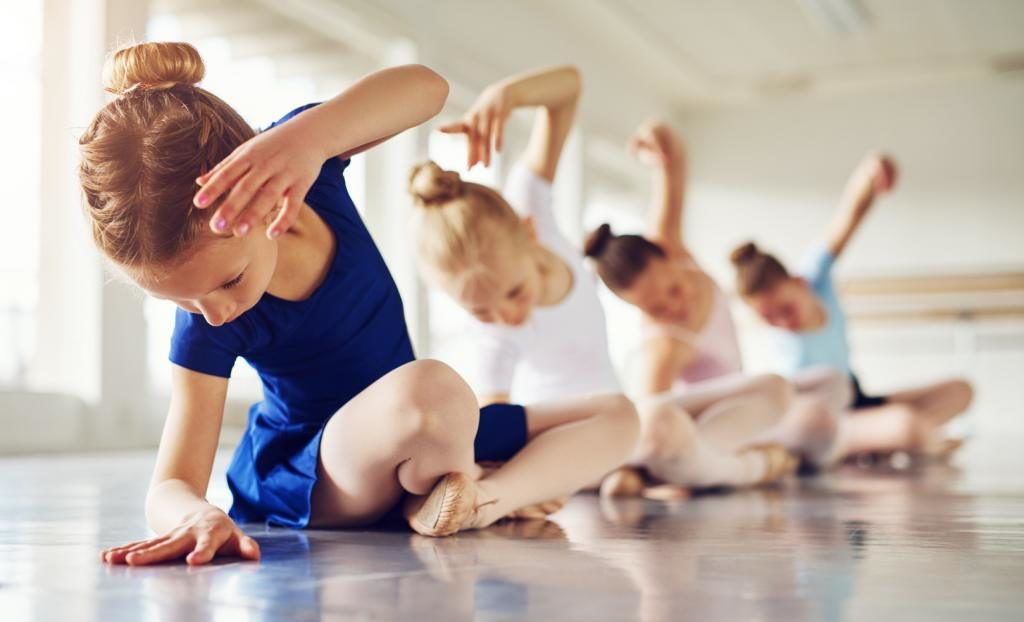 tancerki na sali tańca
