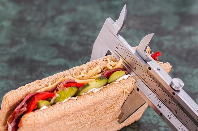 zdjęcie przedstawia kanapkę mierzoną suwmiarką