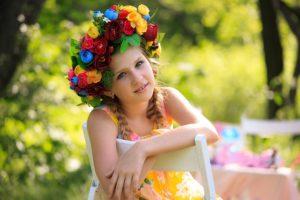Dziewczynka z koroną z kwiatów