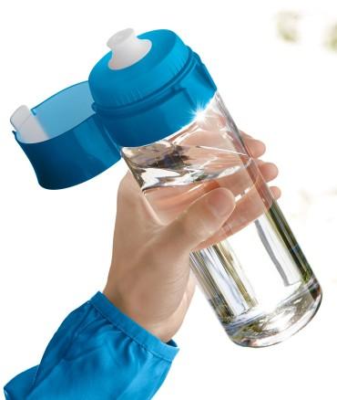 ręka trzymająca bidon z wodą