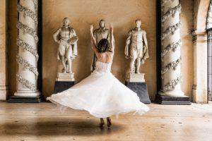 panna młoda tańczy w sali weselnej