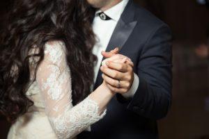 młoda para tańczy na swoim przyjęciu weselnym