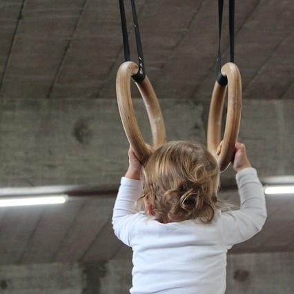 dziecko na sali gimnastycznej