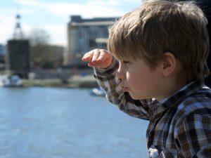 chłopiec patrzący przed siebie