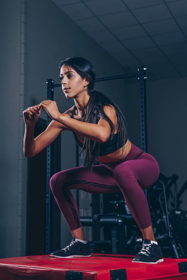 kobieta ćwiczy na siłowni